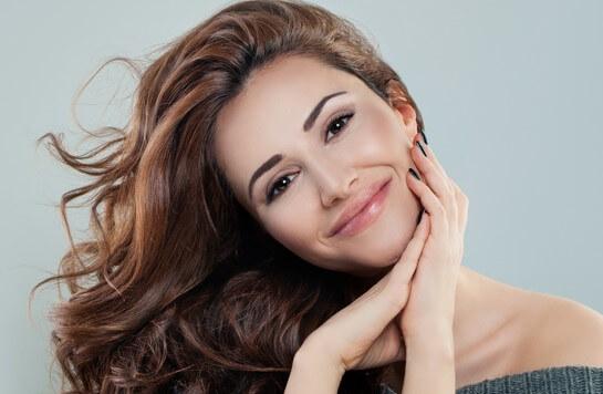 6 façons de lisser vos cheveux de manière naturelle